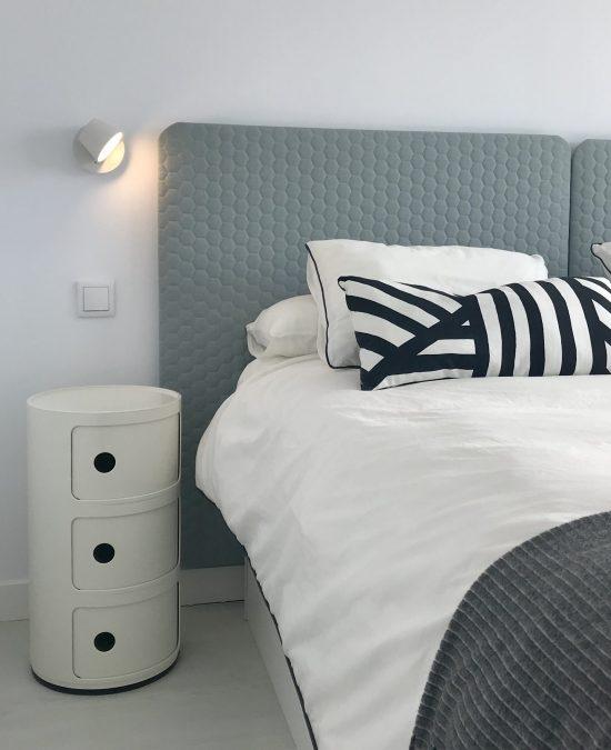 dormitorio con cabecero tela ka internacional hecho por casual. Mesillas Kartell. Mara Pardo Estudio